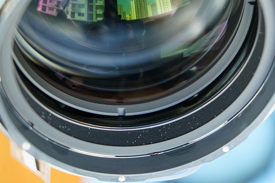 镜筒内侧海绵上的白色颗粒物体