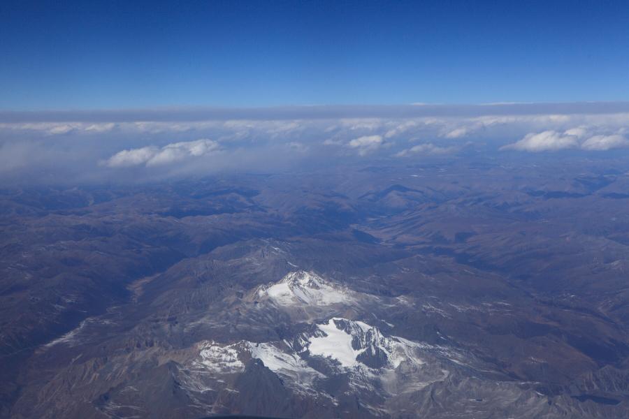 在飞机上看见雪山了